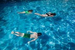 Drei Kinderunterwasserpool stockfotos