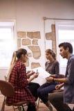Drei junge kreative Geschäftsleute Teilen Lizenzfreies Stockbild