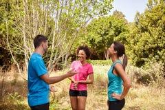 Drei junge Läufer, die eine Pause machen Lizenzfreie Stockfotos