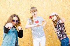 Drei junge Mädchen, die auf Stadtstraßen aufwerfen - Kampf wirft auf lizenzfreie stockbilder