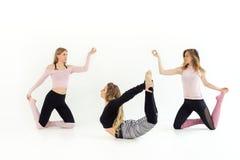 Drei junge schöne Mädchen tanzen Yoga und pilates werden geübt lizenzfreie stockfotos