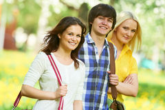 Drei junge Studentengruppe draußen Stockfotos