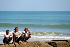 Drei Jungen auf Wellenbrecher Stockfotos