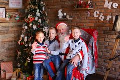 Drei Jungen erzählen Santa Claus lustige Geschichten herein herein verziert Lizenzfreies Stockbild