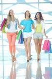 Drei Käufer im Mall Lizenzfreies Stockbild