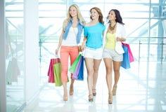 Drei Käufer im Mall Lizenzfreies Stockfoto