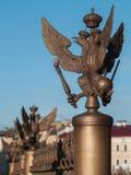 Drei-köpfiger Adler auf Palast-Quadrat in St Petersburg, Russland Stockbilder