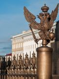 Drei-köpfiger Adler auf Palast-Quadrat in St Petersburg, Russland Stockfoto