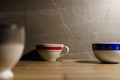 Drei Kaffeetassen auf dem Tisch niederlegen lizenzfreies stockfoto