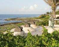 Drei Kanonskulpturen und Bronzedelphinstatue auf dem Ufer von Fatima Bay stockbild