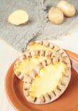 Drei Kartoffelpastetchen bildeten ââof Roggenmehl Stockbilder