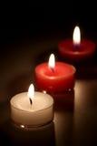 Drei Kerzen auf einem schwarzen Hintergrund Lizenzfreies Stockfoto