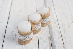 Drei Kerzen auf weißer Tabelle Stockfoto
