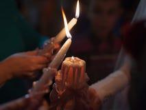 Drei Kerzen in der Dunkelheit Lizenzfreie Stockfotos