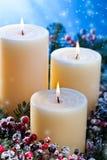 Drei Kerzen mit Schneefällen Lizenzfreie Stockfotografie