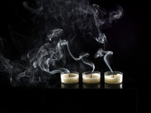 Drei Kerzen und Kerzenrauch Stockbilder