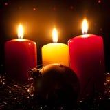 Drei Kerzen und Kugel des neuen Jahres Lizenzfreie Stockfotos