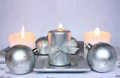 Drei Kerzen und Weihnachtskugeln Stockfoto