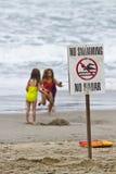 Drei Kinder, die auf Strand spielen Lizenzfreie Stockfotografie