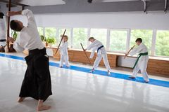 Drei Kinder, die beteiligt und an Aikido zu lernen, interessiert sich fühlen lizenzfreie stockfotografie