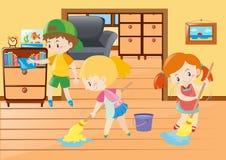 Drei Kinder, die in das Haus säubern Stockbilder