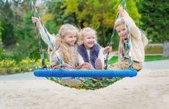 Drei Kinder, die im Park spielen stockbild