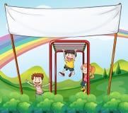 Drei Kinder, die nahe der leeren Fahne spielen stock abbildung