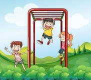 Drei Kinder, die am Park spielen lizenzfreie abbildung