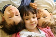 Drei Kinder, die Spaß haben Stockbilder