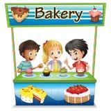 Drei Kinder in einem Bäckereistand mit kleinen Kuchen lizenzfreie abbildung