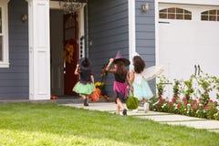Drei Kinder in Halloween kostümiert Trick oder die Behandlung stockfotografie