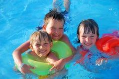 Drei Kinder im Pool Stockfotografie