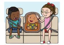 Drei Kinder im Rücksitze unter Verwendung des Sicherheitsgurtes und des Kindersitzes Stockfotos