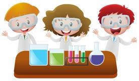 Drei Kinder im Wissenschaftslabor Stockfotografie