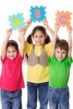 Drei Kinder mit Buchstaben Lizenzfreie Stockfotografie