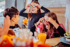 Drei Kinder mit den gemalten Gesichtern, welche die Kostüme haben Halloween-Partei tragen lizenzfreies stockfoto