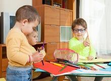 Drei Kinder mit Zeichenstiften Stockfotografie