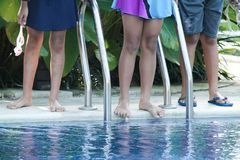 Drei Kinder schwimmen im Pool stockbild