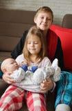 Drei Kinder zu Hause lizenzfreie stockfotografie
