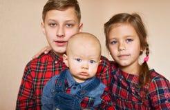 Drei Kinder zu Hause lizenzfreie stockfotos