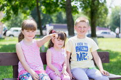 Drei Kindershowhand stockfotografie