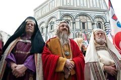 Drei Kirchenführer, die auf dem Kirchhof von Santa Maria d stehen Stockfoto