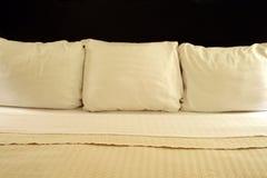 Drei Kissen auf einem Bett Stockfotos
