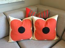 Drei Kissen auf einer Couch/einem Sofa Stockbild