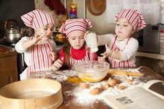 Drei kleine Chefs in der Küche Stockfoto
