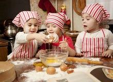 Drei kleine Chefs in der Küche Lizenzfreie Stockfotos