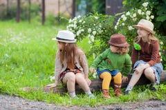 Drei kleine entzückende Schwestermädchen, die Rest an der Ranch zusammen haben lizenzfreie stockfotografie