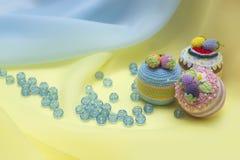 Drei kleine Kuchen und zerstreute Perlen Lizenzfreie Stockfotografie