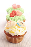 Drei kleine Kuchen verziert mit Zuckerglasur- und Marzipandekorationen. lizenzfreie stockbilder
