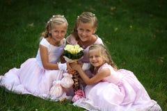 Drei kleine nette Brautjunfern Stockfotos